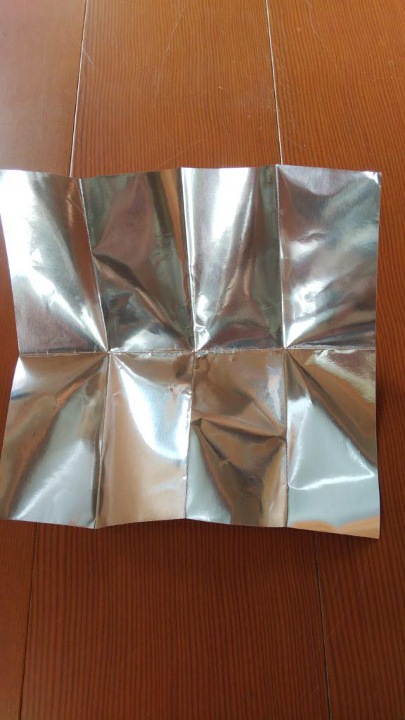 銀の折り紙を8等分に折り、切る